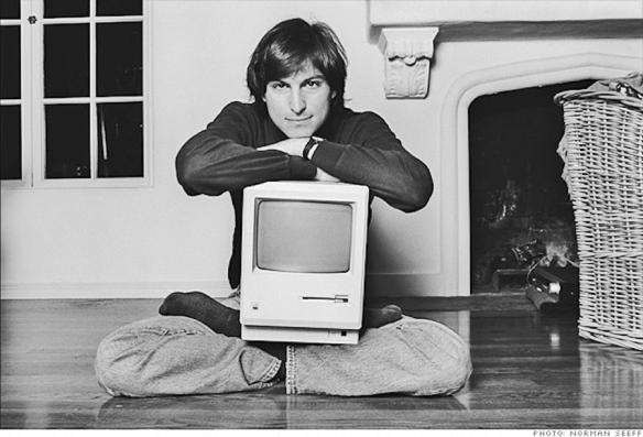 Steve Jobs cun Macintosh nos anos oitenta